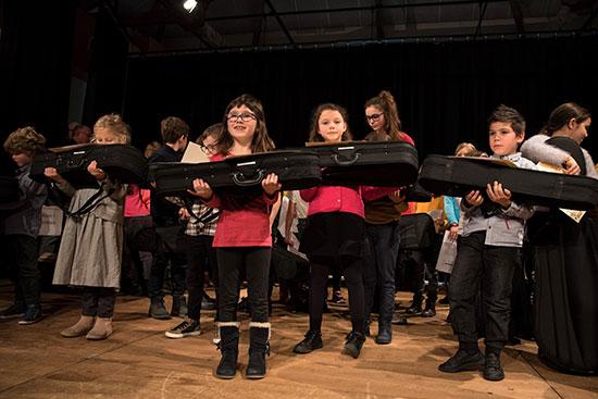 Remise d'instruments à l'orchestre Démos Kreiz Breizh  | Legret, Eric. Photographe